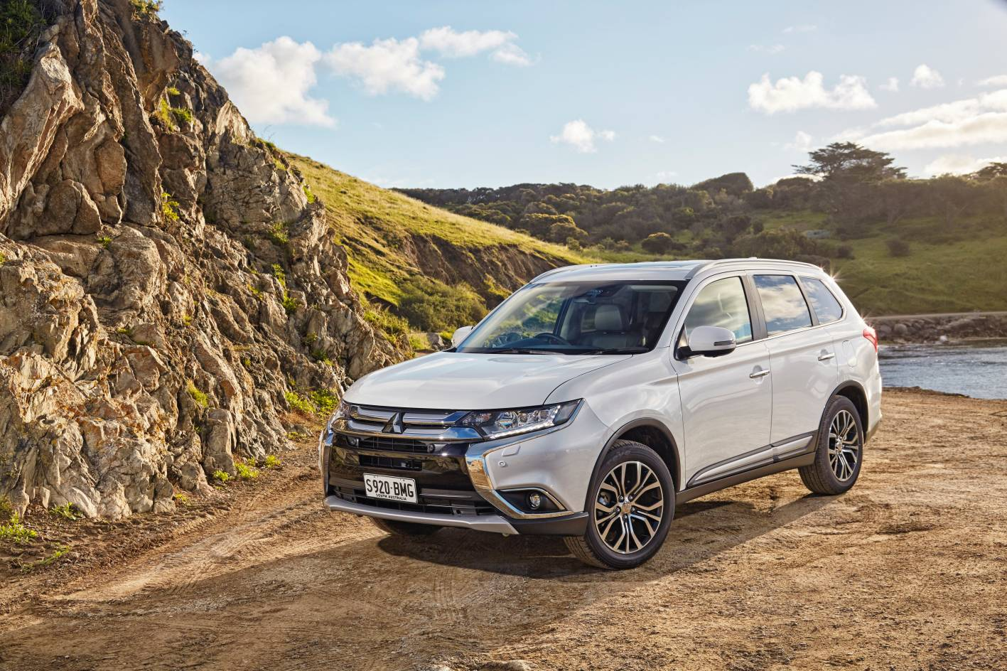 is the new mitsubishi outlander delayed because of nissan. Black Bedroom Furniture Sets. Home Design Ideas